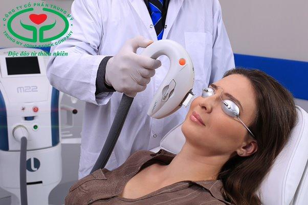Điều trị khô mắt bằng liệu pháp ánh sáng và massage mí mắt